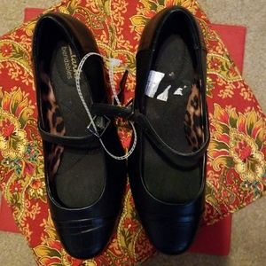 New Clarks size 6 leather heels